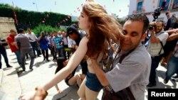 Polisi Tunisia menahan aktivis feminis 'FEMEN' saat melakukan protes di depan kantor Kementerian Kehakiman di Tunis (foto: dok).