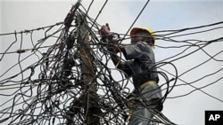 A worker for Nigeria Power adjusts power lines in Lagos, Nigeria, July 2011. (file photo)