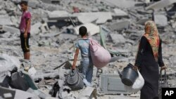 1일 이스라엘 국경 인근 가자지구에서 팔레스타인인들이 폐허가 된 거주지를 떠나 피난하고 있다.