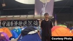 前六四学生领袖周锋锁在金钟占领区(周锋锁推特图片)