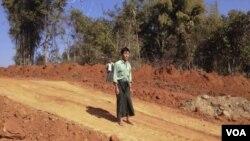ທ້າວ U Thant Lwin ຊຶ່ງເປັນຊາວນາ ຢືນຢູ່ບ່ອນ ທີ່ເຄີຍເປັນທົງນາເກົ່າ ຂອງລາວ ໃນມຽນມາ ທີ່ໄດ້ຖືກດຸດ ເພື່ອວາງທໍ່ລໍາລຽງນໍ້າມັນ.