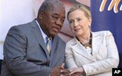 Secreteri Clinton arasanga Afrika ikwiye guca umubano na Kadhafi