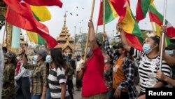Các ủng hộ viên của quân đội Myanmar mang cờ xí tham gia cuộc biểu tình phản đối Ủy ban Bầu cử ở Yangon, Myanmar, ngày 29/1/2021. REUTERS/Shwe Paw Mya Tin