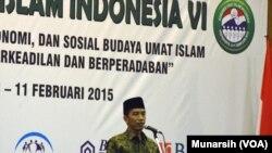 Presiden Joko Widodo saat menutup Kongres Umat Islam Indonesia ke-6 di Yogyakarta, 11 Februari 2015 (Foto: VOA/Munarsih)