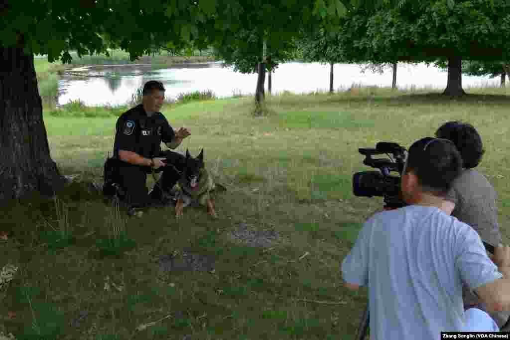 马歇尔警士和警犬Boomer接受采访