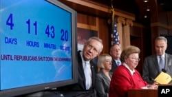 El presidente del Senado, Harry Reid y otros demócratas observan cronómetro regresivo hacia el cierre del gobierno.