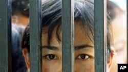 2011年5月17号缅甸仰光一座监狱前犯人家属等待犯人获释