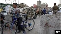 Binh sĩ Iraq canh gác tại một khu chợ trong khu láng giềng Hurriyah của người Hồi giáo Shia ở Baghdad.