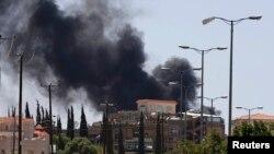 也門薩那星期天早上冒起濃煙