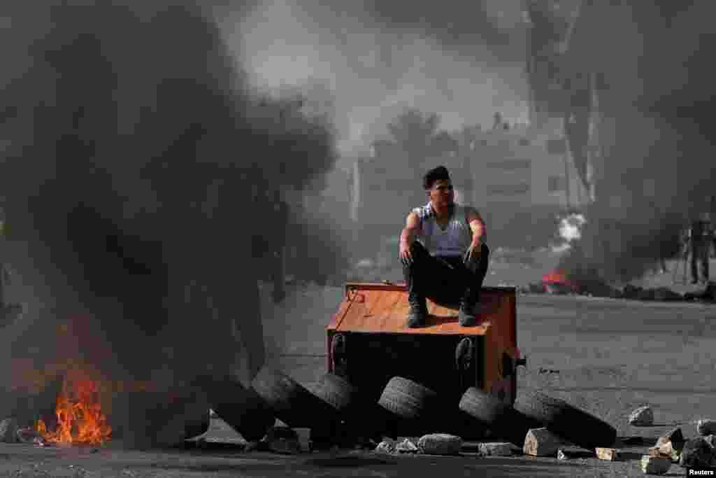 مغربی کنارے کے شہر رملہ میں تقریباً 2000 فلسطینی اکٹھے ہوئے جہاں انہوں نے امریکی صدر ڈونلڈ ٹرمپ کے تصویری پوسٹروں کے علاوہ اسرائیلی اور امریکی جھنڈے بھی نذر آتش کیے۔