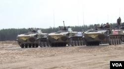 俄羅斯空降兵正在參加在北極地區舉行的大規模軍事演習。參加8月份在梁贊地區所舉行的俄羅斯國際軍事比賽活動中的俄軍空降部隊戰車。 (美國之音白樺拍攝)