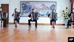 유투브 동영상에 올라온 북한 학생들의 아코디언 연주 장면.
