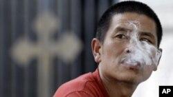 一名男子在北京一家教堂外吸烟(资料照)