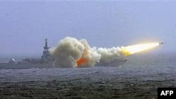 Một tàu khu trục của Hải quân Trung Quốc bắn tên lửa trong một cuộc tập trận ở Biển Ðông