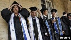 Para mahasiswa/i UCLA di Amerika Serikat dalam upacara kelulusan.