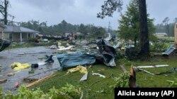 Sebuah jalan di East Brewton, Alabama dipenuhi puing-puing setelah Badai Claudette melanda negara bagian itu, Sabtu, 19 Juni 2021. (Foto: Alicia Jossey via AP)