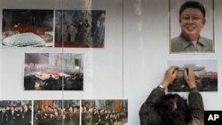 Foto mendiang Kim Jong Il di luar Kedubes Korut di Beijing. Tiongkok berada di posisi sulit karena sekutunya, Korut bersikeras meluncurkan roket (foto: dok).