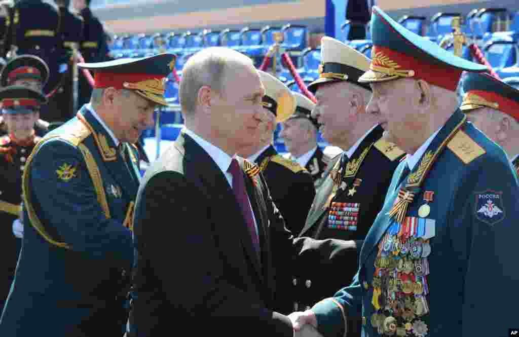 روس کے صدر ولادیمر پوٹن نے اس پریڈ کا معائنہ کیا۔