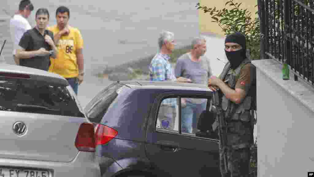 Un officier de police turc sécurise la route menant au consulat américain à Istanbul, 10 août 2015.