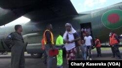 Basi na baye bavandaka na ex-combattants ya M23 na bozongi na bango kowuta Ouganda, na aéroport ya Goma, Nord-Kivu, 26 février 2019. (VOA/Charly Kasereka)