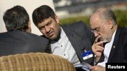 Giám đốc Cơ quan Năng lượng Nguyên tử Iran Ali Akbar Salehi (phải) nhìn qua giấy tờ trước cuộc họp tại khách sạn Beau Rivage Palace, 28/3/2015.