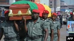 Des soldats portent les cercueils des quatre soldats tués lors des violences, à Bamenda, Cameroun, le 17 novembre 2017.
