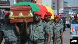 Militer Kamerun melakukan upacara pemakaman militer bagi 4 tentara yang tewas dalam aksi kekerasan oleh kelompok separatis, pada pertengahan bulan ini, 17 November lalu (foto: dok).