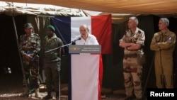 法国国防部长勒德里昂访问在马里的法国官兵