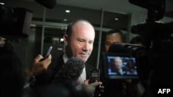 Dubes Australia Greg Moriarty dikelilingi wartawan seusai pembicaraan di Kementerian Luar Negeri Indonesia terkait spionase AS (1/11).