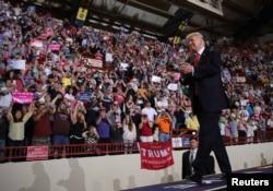 도널드 트럼프 미국 대통령이 29일 펜실베이니아주 해리스버그에서 진행한 취임 100일 기념집회 도중 지지자들에게 인사하고 있다.