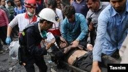 지난 3일 이란 북부 한 탄광에서 폭발 사고가 발생한 가운데, 구조대가 부상자를 이송하고 있다.
