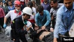 Un des mineurs rescapés est évacué par les secouristes pour être transporté à l'hôpital après une explosion accidentelle dans une mine de charbon dans la province de Golestan, Iran, le 3 mai 2017.