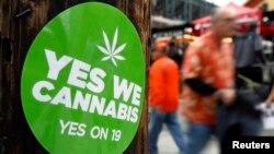 Un rótulo apoya la legalización de la marihuana.