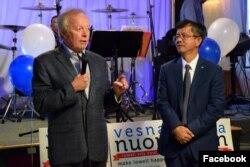 លោក នួន វាសនា (ស្តាំ) និងលោក Ed Kennedy ចៅហ្វាយក្រុងឡូវែល ថ្លែងនៅក្នុងពិធីឃោសនាបោះឆ្នោតនៅទីក្រុងឡូវែល កាលពីថ្ងៃទី៣០ ខែតុលា ឆ្នាំ២០១៧។ លោក នួន វាសនា បានឈ្នះការបោះឆ្នោតដោយទទួលបានសំឡេងគាំទ្រច្រើនជាងគេបង្អស់នៅក្នុងចំណោមបេក្ខជន៩នាក់ ដែលត្រូវបានជ្រើសតាំងជាសមាជិកថ្មីនៃក្រុមប្រឹក្សាក្រុងឡូវែលអាណាត្តិថ្មីនេះ។ (រូបថតដកស្រង់ពីទំព័រហ្វេសប៊ុក Vesna Nuon for City Council)