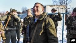 Проросійський сепаратист Олександр Захарченко в оточенні охоронців неподалік від позицій бойовиків біля Донецького аеропорту, Donetsk, Eastern Ukraine, Jan. 15, 2015.