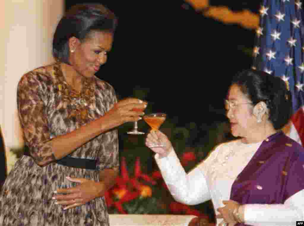First lady Michelle Obama, left, toasts former Indonesian President Megawati Sukarnoputri, during a state dinner at the Istana Negara in Jakarta, Indonesia, Tuesday, Nov. 9, 2010. (AP Photo/Charles Dharapak)