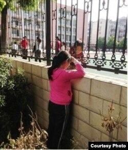 张安妮隔墙与墙内同学说话 (网友提供)