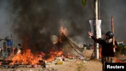 دھرنے کے خلاف آپریشن میں جلاؤ گھیراؤ کا ایک منظر