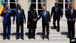 Shugaban Najeriya Goodluck Jonathan da Shugaban Faransa Francois Hollande a wajen Taro kan Tsaro a Najeriya, a Zauren Elysee a Paris, 17 ga, Mayu 2014.