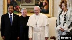 Le Pape François, le président camerounais Paul Biya et sa femme Chantal, au Vatican, le 23 mars 2017.