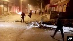 نیروهای نظامی پس از متفرق کردن معترضان، روز چهارشنبه، القصرین در جنوب تونس