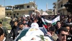 反政府示威者星期天在伊德利卜附近參加一個葬禮。示威者說﹐死者是在一次抗議中被敘利亞安全部隊殺害。