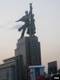 苏联代表性标志,位于莫斯科市北部的工人与农民雕塑几年前被修复一新。(美国之音白桦拍摄)