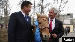 Bộ trưởng Quốc phòng Mông Cổ Dashdemberal Bat-Erdene tặng một con ngựa cho Bộ trưởng Quốc phòng Mỹ Chuck Hagel tại Ulan Bator, ngày 10/4/2014. Ông Hagel đã đặt tên con ngựa ngay lập tức là 'Shamrock'.