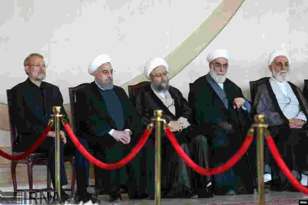 در روزهای اخیر این مسئولان جنگ لفظی درباره مسائل سیاسی داشتند اما در مراسم تشییع کشته های حملات تروریستی کنار هم نشسته اند. عکس: مهدی قربانی