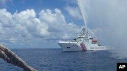 Tư liệu- Tàu Hải cảnh Trung Quốc tiếp cận tàu cá Philippines tại bãi cạn Scarborough.