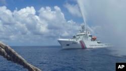 Hình tư liệu - Tàu tuần duyên Trung Quốc tiếp cận tàu cá Philippines trên Biển Đông.
