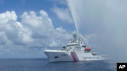 Hình minh họa - Tàu tuần duyên Trung Quốc tiếp cận tàu cá Philippines khi đối đầu ở Bãi cạn Scarborough.
