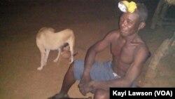 Yaovi Saméga vit sans électricité à Kamé, le 17 avril 2017. (VOA/Kayi Lawson)