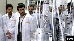 Presiden Mahmud Ahmadinejad saat berkunjung ke salah satu fasilitas nuklir Iran (foto dokumentasi).